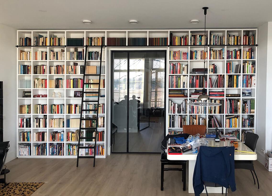 Verschuifbare ladder voor boekenkast