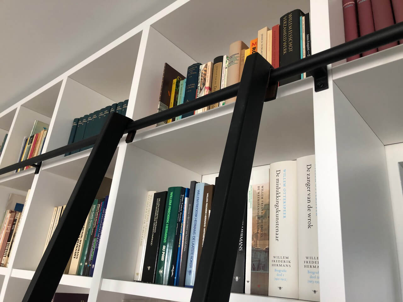 Trap met geleider voor boekenkast van zwart staal