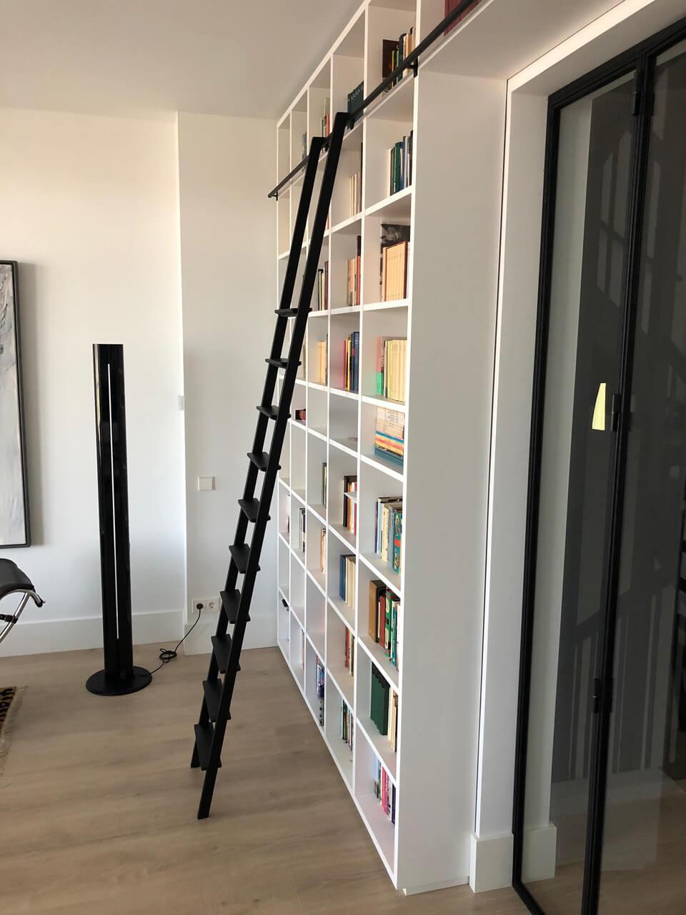 ladder van staal voor kast