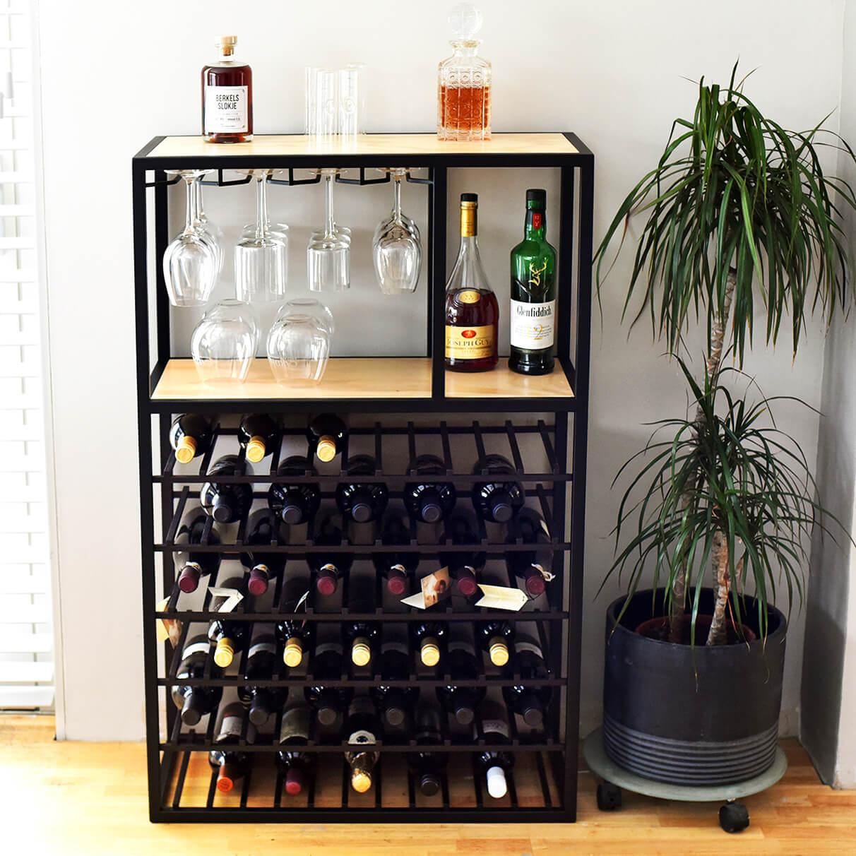 groot wijnrek met gedistilleerd